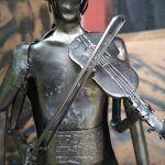 kovaná postavička huslista