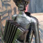 kovaná postavička harmonikár