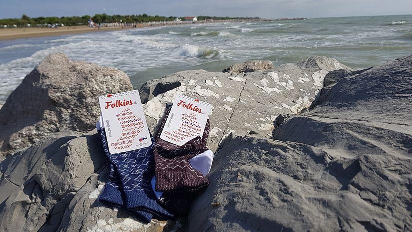 ponožky folkies pri mori v Grécku