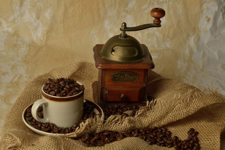 káva zrnká mlynček