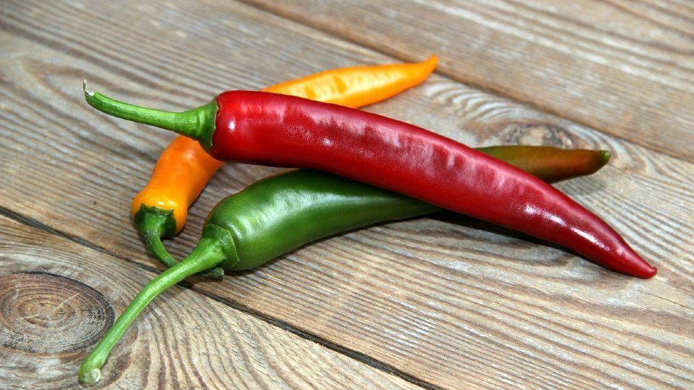 zelená žltá a červená čili paprička