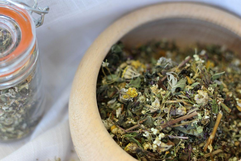 čaj na trávenie v hnedej miske na stole